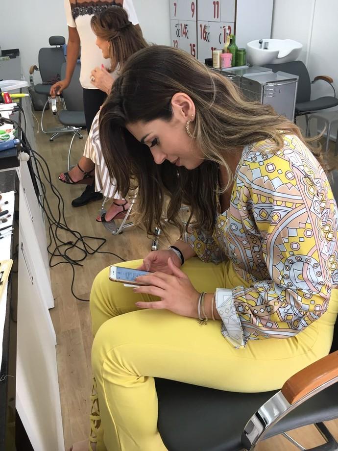 Vivian também aproveitou para matar a saudade do telefone (Foto: Juliana Hippertt / Gshow)