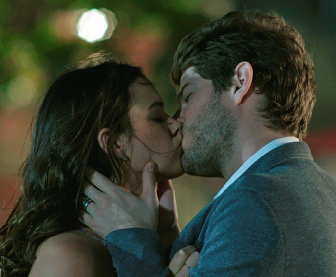 Mari e Ben dão beijo após jgar futebol (Foto: TV Globo)