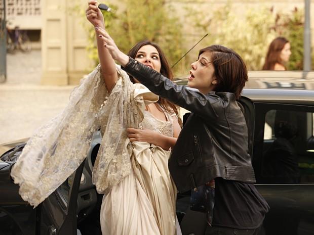 Alexia tenta impedir a garota de sair com o carro, mas não consegue (Foto: Malhação / TV Globo)