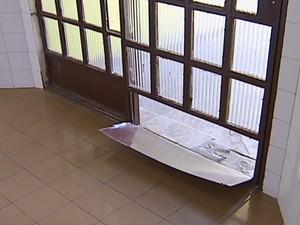 Ladrões arrombam porta dos fundos e entram em creche por um buraco (Foto: Reprodução/ InterTV)