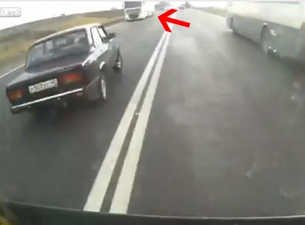 Motorista comete imprudência e invade pista contrária (Foto: Reprodução)