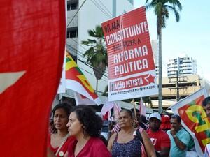 Cartaz com a frase 'Dilma, Constituinte para fazer a Reforma Política' é visto durante ato em Salvador (BA) em apoio à Petrobras (Foto: Romildo de Jesus/Futura Press/Estadão Conteúdo)