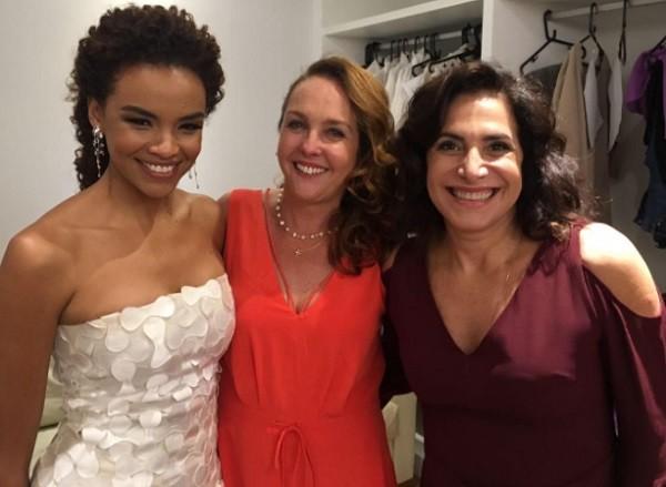 Juliana Teixeira entre Lucy Alves, a noiva, e Totia Meirelles, nos bastidores da gravação da cena do casamento (Foto: Reprodução)