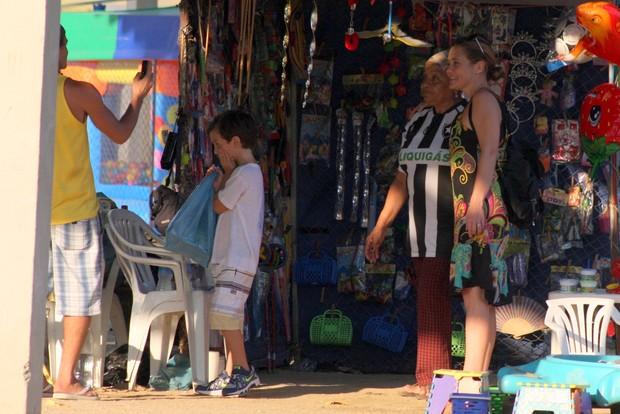 Adriana Esteves com o filho na Lagoa Rodrigo de Freitas, RJ (Foto: JC Pereira/Foto Rio News)