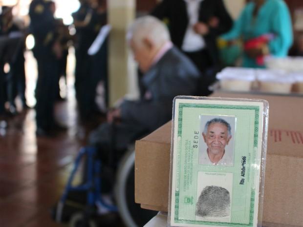 Dominguinhos (ao fundo) tirou RG com 99 anos. (Foto: Gabriela Pavão/ G1 MS)