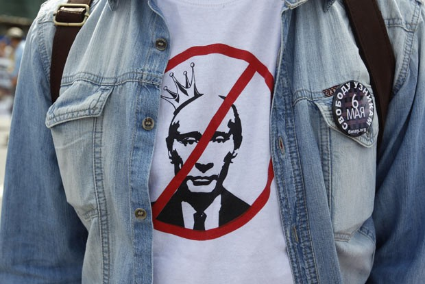 Manifestante com camiseta anti-Putin nesta quarta-feira (12) em Moscou, na Rússia (Foto: Reuters)