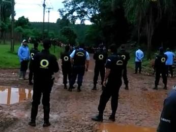 Funcionários fecharam acesso à estrada que liga assentamento a Quedas do Iguaçu (Foto: Divulgação/Araupel)