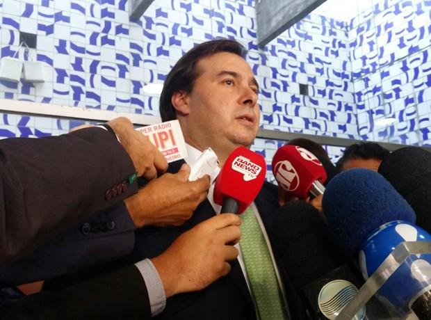 O presidente da Câmara, Rodrigo Maia (DEM-RJ), fala a jornalistas da votação do processo sobre Eduardo Cunha (Foto: Sara Resende/G1)