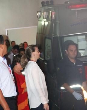 Ambulância de Angelica e Luciano Huck chega a base aérea (Foto:  Fernando Antunes / Campo Grande News / AgNews)