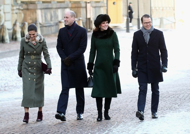 STOCKHOLM, SWEDEN - JANUARY 30:  (L-R) Crown Princess Victoria of Sweden, Prince William, Duke of Cambridge, Catherine, Duchess of Cambridge and Prince Daniel of Sweden walk through the cobbled streets of Stockholm from the Royal Palace to the Nobel Museu (Foto: Getty Images)