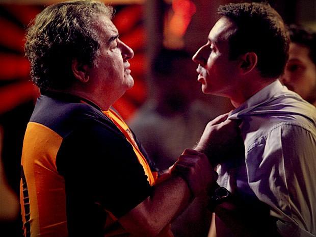 Diógenes parte para cima de olheiro que falou mal de Roni (Foto: Avenida Brasil / TV Globo)