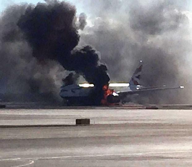 Avião pegou fogo antes de decolar de Las Vegas (Foto: Reprodução/Twitter/@pberberian)