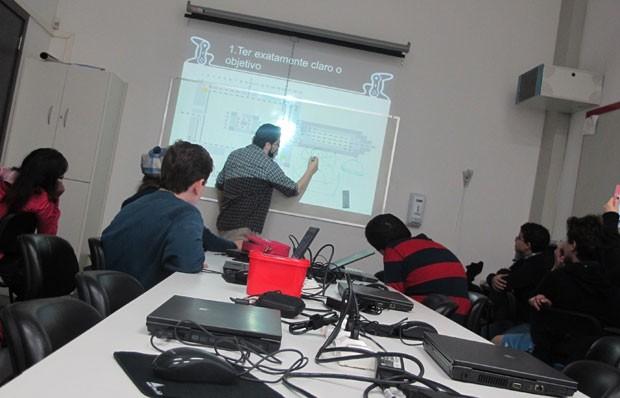 Alunos têm ajuda de especialista para recriar escola no game 'Minecraft' (Foto: Gustavo Petró/G1)