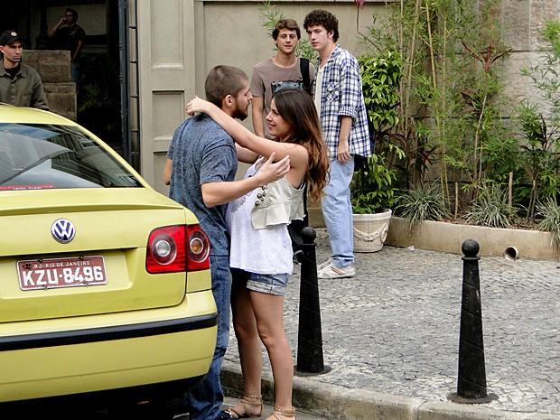 Cristal chega de viagem junto com Tomás (Foto: Malhação / TV Globo)