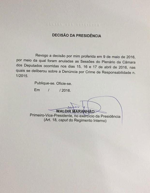 Ofício do presidente interino da Câmara, Waldir Maranhão, com a revogação da decisão de anular a sessão que aprovou abertura do processo de impeachment (Foto: Reprodução)