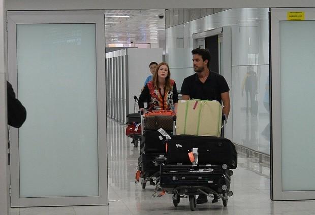 Noivos, Marina Ruy Barbosa e Xandinho Negrão desembarcam em SP