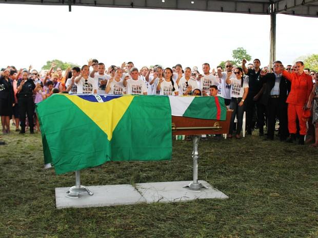 Cerimônia fúnebre reuniu familiares, amigos e colegas de profissão de Hélio (Foto: Valéria Oliveira/ G1 RR)