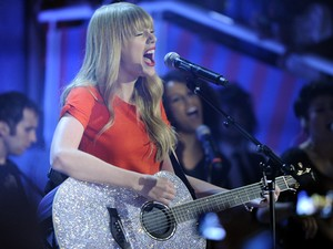 Taylor Swift canta no palco do TV Xuxa (Foto: TV Globo )