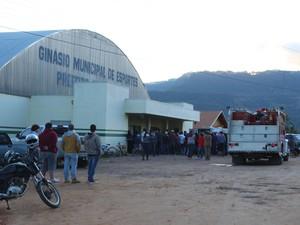 Dezenas de pessoas se aglomeraram em torno do ginásio para ver de perto o ocorrido (Foto: Giácomo Miranda/Diário Alto Vale/Divulgação)
