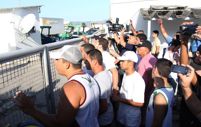 fluminense desembarque protesto torcida (Foto: Fernando Cazaes/Photocamera)
