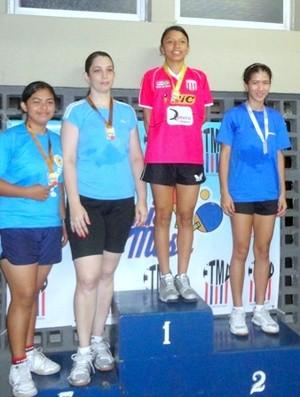 Suelen no lugar mais alto do pódio na 2ª Etapa do Campeonato Amazonense de Tênis  (Foto: Arquivo Pessoal)