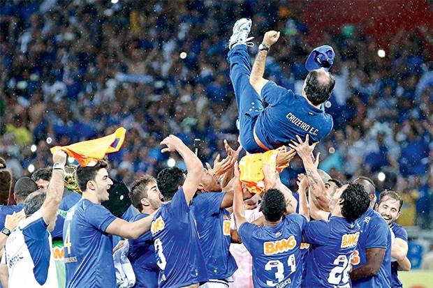 É RAPOSA Os jogadores do Cruzeiro jogam para o alto o técnico Marcelo Oliveira, depois da conquista do Brasileirão (Foto: Gustavo Theza /Brazil Photo Press )