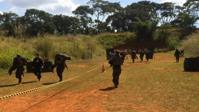 Pista de tiros é uma das oficinas realizadas durante o exercício de enfrentamento ao terrorismo, em Goiânia (Foto: Paula Resende/ GloboEsporte.com)