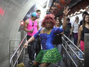 Participantes a caminho da 18ª Parada do Orgulho de Lésbicas, Gays, Bissexuais, Travestis e Transexuais de São Paulo. (Foto: Caio Kenji/G1)