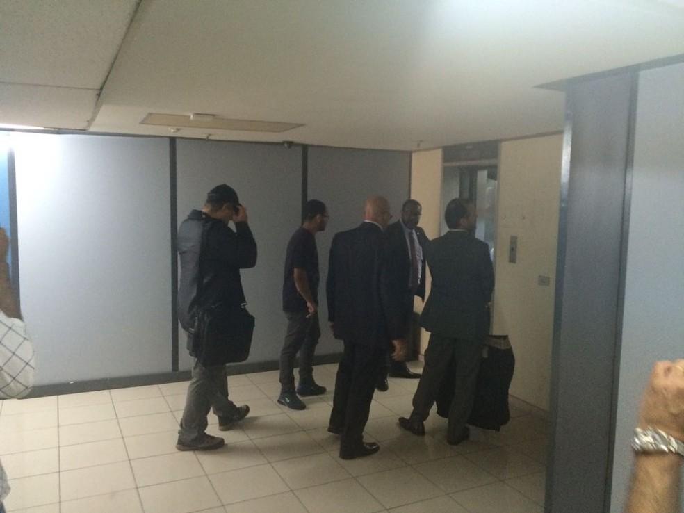 Agentes deixam gabinete do presidente da Assembleia Legislativa do Rio de Janeiro, Jorge Picciani (Foto: Daniel Silveira/ G1)