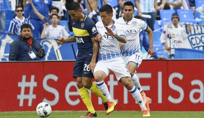 Centurión marcado no jogo Godoy Cruz x Boca Juniors (Foto: Reprodução de Facebook)
