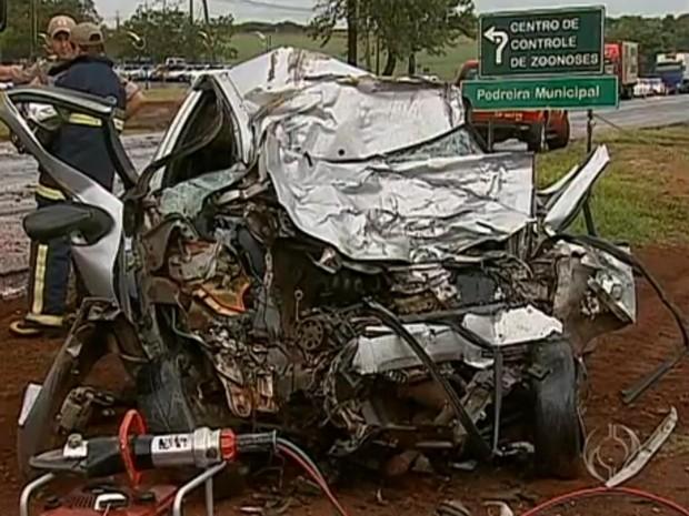 Motorista do caminhão ficou ferido e foi encaminhado ao Hospital Universitário de Maringá (Foto: RPC TV Maringá/Reprodução)