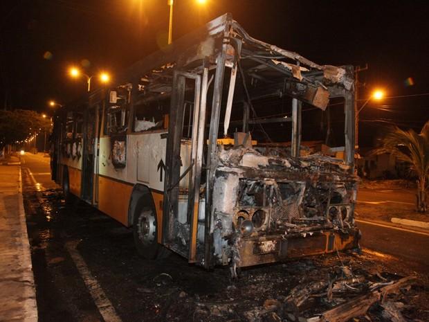 Ônibus incendiado na Avenida Ferreira Gullar (Foto: De Jesus/O Estado)