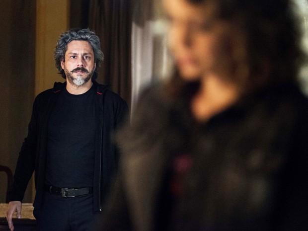 José Alfredo decide entrar na casa de Cristina para um café (Foto: Ellen Soares/TV Globo)