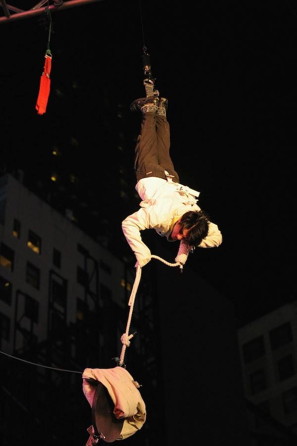 O mágico Criss Angel realizando o lendário Double Straight Jacket (Foto: Getty Images)
