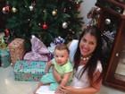 Ex-BBB Priscila Pires mostra o filho rodeado de presentes de Natal