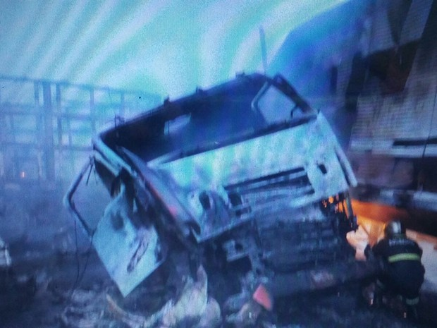 Caminhão bateu de frente com carreta e motorista morreu (Foto: Assessoria/ PRF)