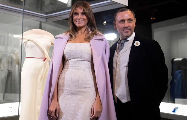US First Lady Melania Trump stands alongside the gown she wore to the 2017 inaugural balls, and the gown's designer, Herve Pierre (R), as she donates the dress to the Smithsonian's First Ladies Collection at the Smithsonian National Museum of American His (Foto: AFP/Getty Images)