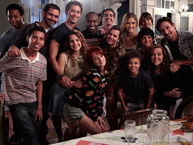 O elenco de Malhação fez questão de posar para foto ao lado do ídolo (Foto: Malhação / TV Globo)