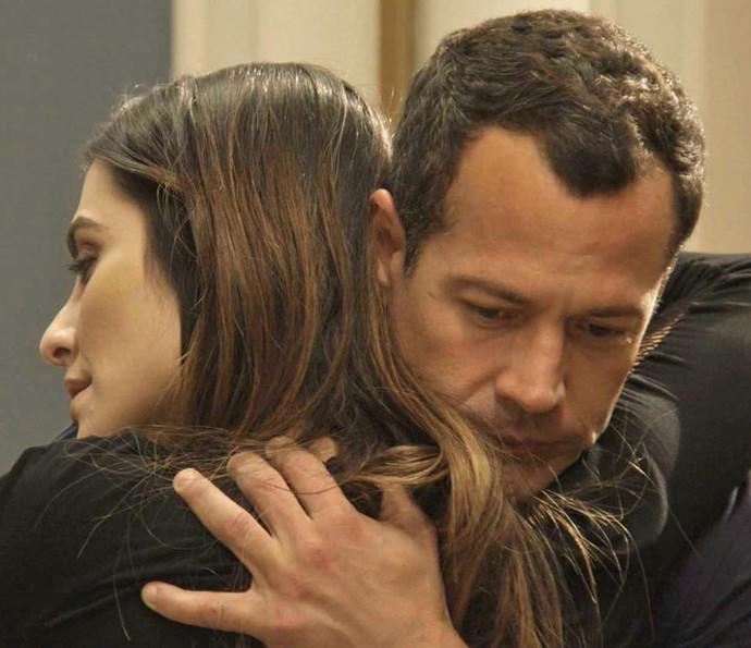 Apolo aparece no apartamento de Tamara após saber que a piloto não vai mais competir (Foto: TV Globo)