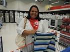 Mães voluntárias do programa 'Natal Presente' fazem compras na região