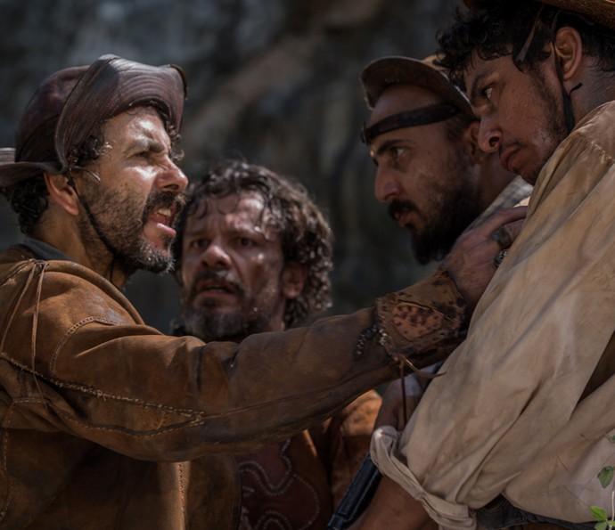 Cícero e os jagunços humilham Amadeu  (Foto: Caiuá Franco/TV Globo)