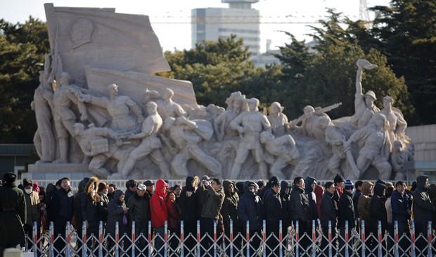 Público faz fila para visitar o mausoléu de Mao Tsé-tung em Pequim, na China, na data do 120º aniversário de nascimento do líder comunista.  (Foto: Kim Kyung-Hoon/Reuters)