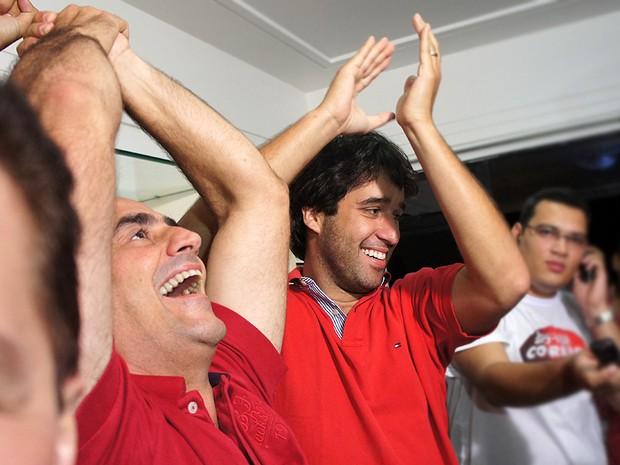 Luciano Cartaxo esperava o resultado em casa e comemotou junto com a família (Foto: Frederico Martins/G1)