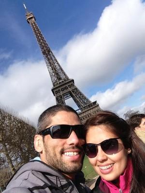 Marcelo Guimarães na França, em frente à torre Eiffel (Foto: Divulgação/Arquivo Pessoal)