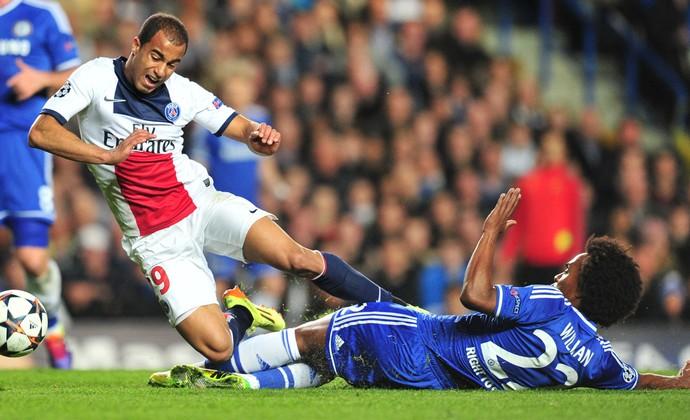 Willian e Lucas Chelsea x PSG (Foto: AFP)