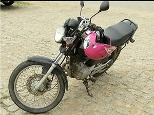 Polícia recupera moto de casal após morte de bandido. (Foto: Reprodução / Inter TV)