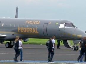 Presos passaram por triagem antes de embarcar no avião da Polícia Federal (Foto: Reprodução/TV Morena)