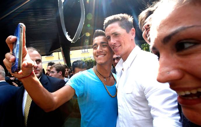Fernando Torres com torcida no Milan (Foto: AP)