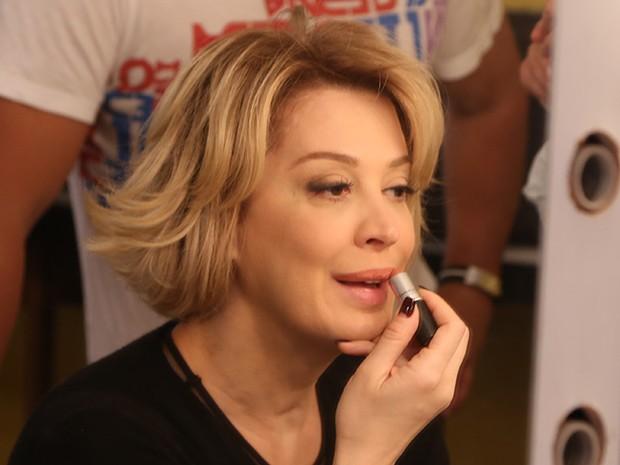 Claudia Raia passa o batom característico de sua personagem (Foto: Maria Clara Lima/Gshow)