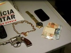 Material foi apreendido com um dos suspeitos (Foto: Reprodução/TV Integração)